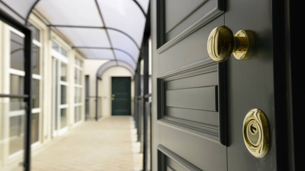 Morin-10-rome-Exclusive-Suites-rome-wood-door-2348a